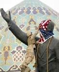 Một lính thuỷ quân lục chiến đang phủ lá quốc kỳ Mỹ lên đầu tượng Saddam Hussein trước khi nó bị kéo đổ.