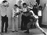 Các tù nhân bị một binh sĩ Hàn Quốc tra tấn.