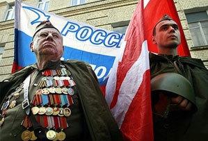 Cựu binh Thế chiến II và thanh niên Nga tham gia biểu tình trước sứ quán Estonia ở Matxcơva. Ảnh: AFP.