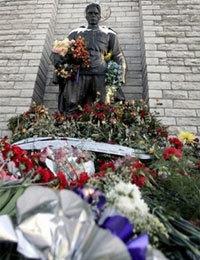 Bức tượng đồng Chiến sĩ ở quảng trường của thủ đô Tallinn, Estonia. Ảnh: AFP.
