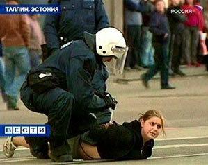 Truyền hình Nga chiếu cảnh cảnh sát bắt giữ một người biểu tình ở Tallinn. Ảnh: AP/RTR.
