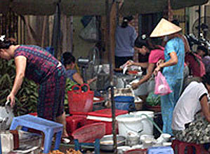 Quán bún mắng ở ngõ chợ Ngô Sĩ Liên. Ảnh: NLĐ.