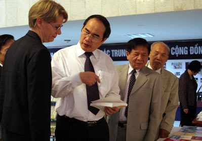 Phó thủ tướng Nguyễn Thiện Nhân trao đổi với trưởng đại diện UNESCO tại Việt Nam. Ảnh: Tiến Dũng.