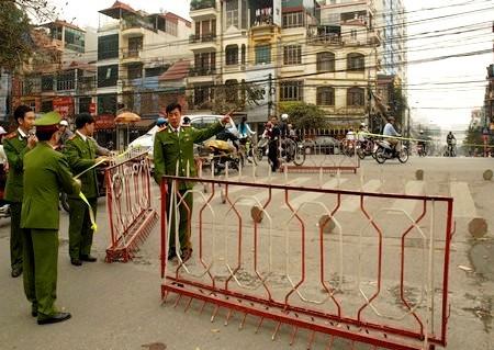 Cảnh sát quận Ba Đình bảo vệ hiện trường. Ảnh: Hà Anh.
