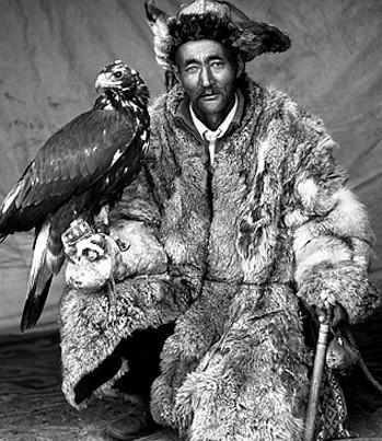 Đã có thời việc săn chim góp phần mang lại thức ăn và lông để người Mông Cổ chống lại mùa đông khắc nghiệt.