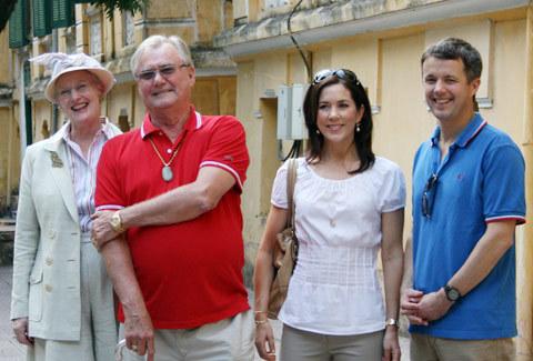 Nữ hoàng Đan Mạch thăm phố cổ Hà Nội trên xích lô - VnExpress