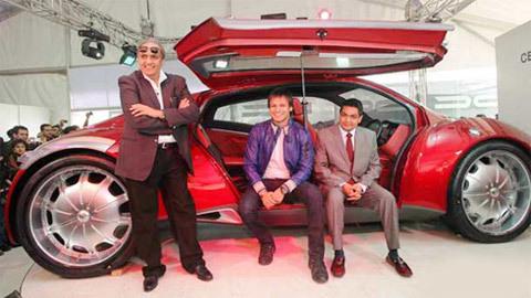 Tài tử Vivek Oberoi (giữa) trong buổi ra mắt Imperator ở New Delhi Auto Expo 2010.