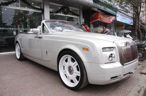 Rolls-Royce Drophead Coupe tại showroom Sơn Tùng. Ảnh: Quyền Anh.