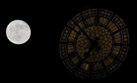 Mặt trăng phía trên tòa nhà quốc hội ở London, Anh. Ảnh: Reuters.