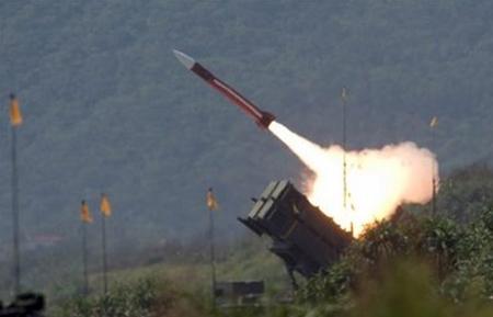 Tên lửa đánh chặn Patriot do Mỹ sản xuất bay trên đảo Đài Loan, trong một cuộc tập trận năm 2006. Ảnh: AP.
