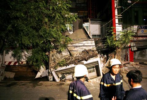Đội cứu hộ cứu nạn thành phố đã có mặt để tìm kiếm người dưới đống đổ nát. Ảnh: An Nhơn.