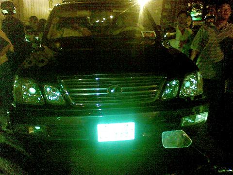 Chiếc ôtô hiệu Lexus bị bắt giữ sau chặng đường gần 4 km. Ảnh: A.Nhơn.