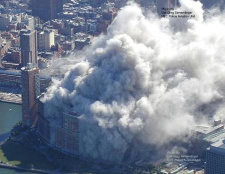 Tòa tháp thứ hai đổ sau tòa thứ nhất 30 phút.