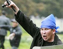 Một người biểu tình chống chính phủ hét lên trong cuộc đụng độ với cảnh sát ở