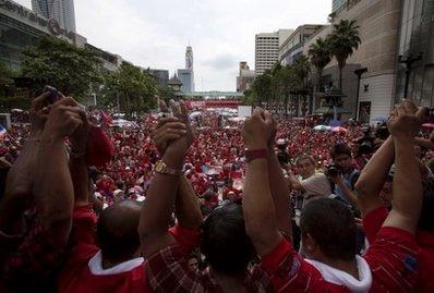 Phe áo đỏ tập trung tại trung tâm Bangkok hôm 16/4. Ảnh: AP.