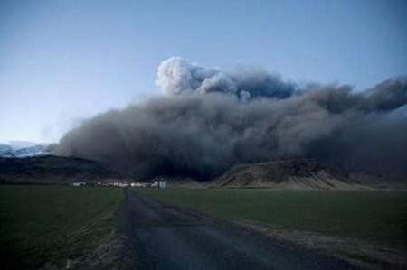 Khói bụi bốc lên từ núi lửa