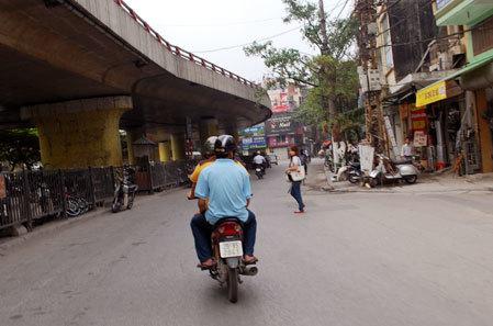 2 chiến sỹ cảnh sát giao thông cải trang dùng xe máy đi lại trên đường bắt những người phạm không đội mũ bảo hiểm. Ảnh: Xuân Tùng