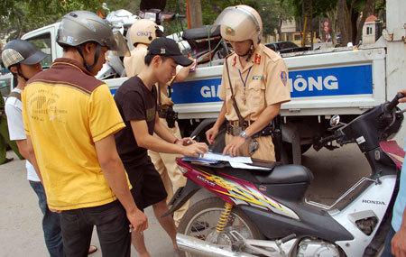 Cảnh sát công khai lập biên bản người vi phạm. Ảnh: Xuân Tùng
