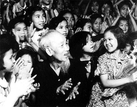 Bác Hồ và các cháu thiếu nhi vui liên hoan văn nghệ nhân ngày Quốc tế thiếu nhi, tháng 5-1969