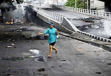 Một phụ nữ băng qua đường