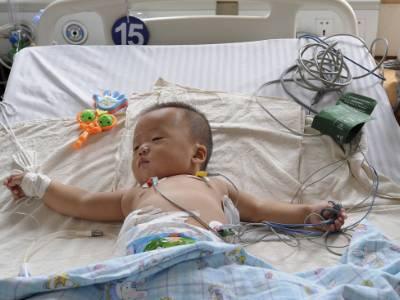 Một em bé trong bệnh viện tại Trung Quốc. Khoảng một triệu trẻ dưới 5 tuổi tại nước này tử vong do ô nhiễm không khí trong nhà mỗi năm. Ảnh: