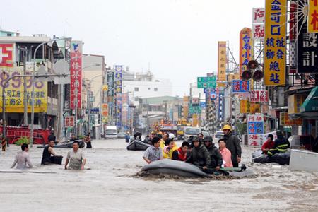Binh sĩ sơ tán dân ở phía nam đảo Đài Loan trong trận lụt do bão Morakot