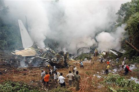 Khói bốc lên từ xác chiếc máy bay Boeing 737-800 gặp nạn ngày 22/5. Ảnh: AFP.