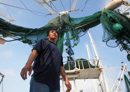 Tàu thuyền của ngư dân này phải neo đậu ở bến nhiều ngày nay vì dầu tràn. Ảnh: NYT.