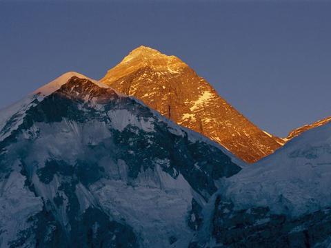 Màn đêm buông xuống đỉnh Everest.