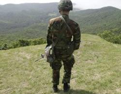 Một binh sĩ Hàn Quốc đứng gần khu vực biên giới với Triều Tiên.