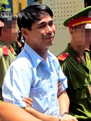 Trần Kim Long vui vẻ về trại giam khi thoát một tội.