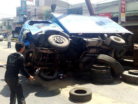 Chiếc xe bị lật chắn ngang đường Phạm Hùng. Ảnh: An Nhơn.