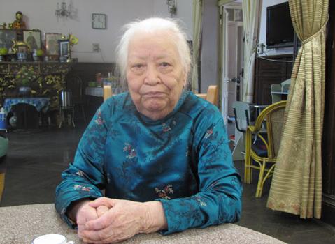 Có lẽ suốt đời làm việc thiện nên ông trời phù hộ, 97 tuổi rồi bà Hồ vẫn còn minh mẫn lắm. Ảnh: Hoàng Thùy.
