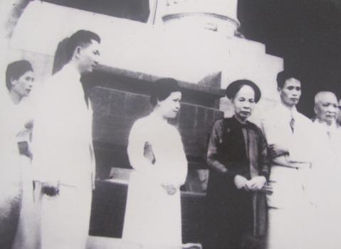 Ông bà Bô trong buổi tổng kết Tuần lễ vàng năm 1945. Từ trái sang: