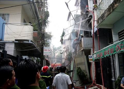 Đám cháy xảy ra trong hẻm nên việc cứu hỏa khó khăn. Ảnh: An Nhơn.