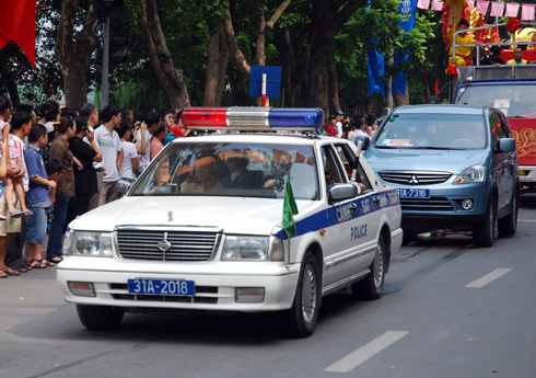 Cảnh sát tham gia dẫn cho các đoàn tham gia dịp Đại lễ. Ảnh: Hoàng Anh.