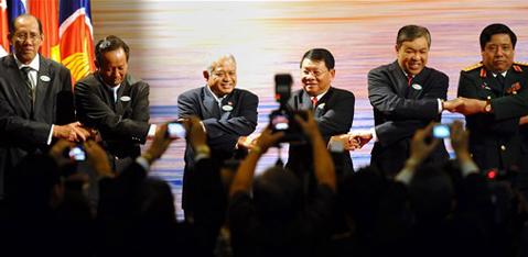 Các bộ trưởng quốc phòng ASEAN trong buổi khai mạc hội nghị ADMM hôm nay. Ảnh: AFP.