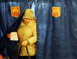 Một cử tri vừa bỏ phiếu xong tại vùng Ordinka của Nga. Ảnh: NYT.