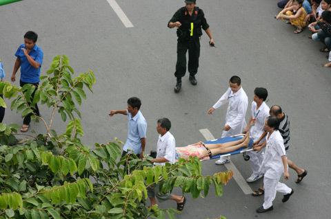 Ngất xỉu khi chen lấn xem diễu binh sáng 10/10. Ảnh: Nguyễn Hưng.