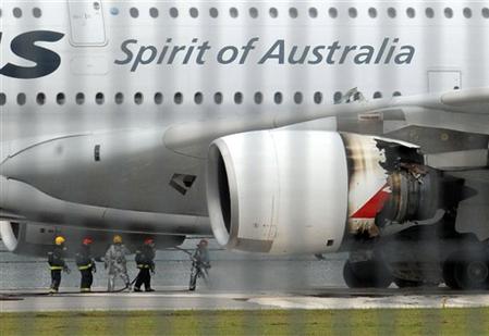Một siêu cơ Airbus A380 của Qantas Airways hạ cánh khẩn cấp xuống Singapore hôm 4/11 do một động cơ bên cánh trái nổ. Ảnh: AFP.