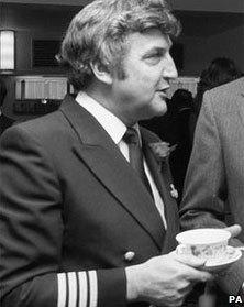 Cơ trưởng Eric Moody trên chuyến bay của British Airways năm 1982 sau đó được trao huân chương. Ảnh: PA