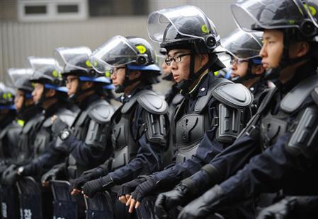 Cảnh sát Hàn Quốc được triển khai để bảo đảm an ninh trong một cuộc biểu tình phản đối hội nghị G20 tại Seoul hôm 7/11. Ảnh: AFP.