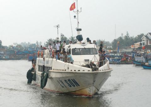 Các chuyến tàu cao tốc tranh thủ đưa đón khách ở Lý Sơn sau gần nửa tháng đảo bị cô lập. Dự báo 3 ngày tới biển bắt đầu động trở lại. Ảnh: Trí Tín