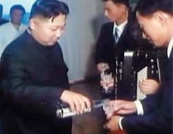 Kim Jong-un thăm nhà mới của một nghệ sĩ sau khi thăm nhà hát quốc gia Triều Tiên tháng trước.
