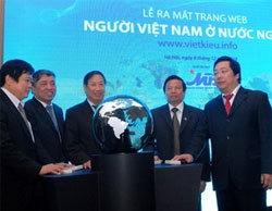Các nhà lãnh đạo nhấn nút khai trương trang web vietkieu.info. Ảnh: TTXVN.