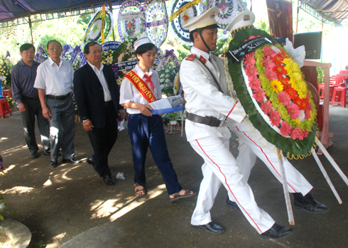 Đoàn lãnh đạo tỉnh Quảng Ngãi dâng vòng hoa viếng mẹ Thứ. Ảnh: Trí Tín
