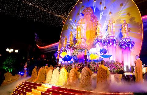 Chư tôn tiến hành nghi lễ phật giáo