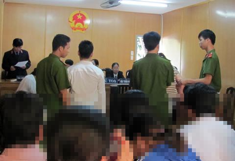 Liễu quỳ lạy người tình nhưng được cảnh sát can thiệp, lập lại trật tự phiên tòa. Ảnh: Vũ Mai