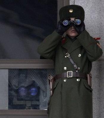 Một người lính Triều Tiên đứng gác ở khu vực phi quân sự giữa biên giới với Hàn Quốc. Ảnh: AP.