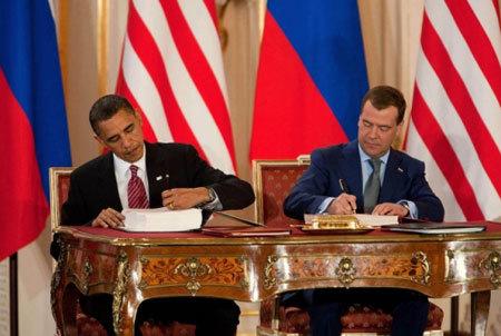 Hai tổng thống Medvedev và Obama ký hiệp ước cắt giảm vũ khí hạt nhân chiến lược mới hồi tháng 4/2010. Ảnh: US Embassy